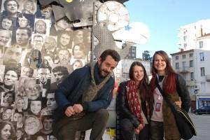 Au pied de l'arche du Festival : Nathan Willcocks et Luna Lou en compagnie de Camille
