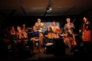 """Entre deux séances, """"Du folk dans la cuisine"""" en concert au Nid du Festival"""