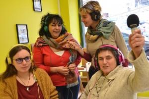 Morgane, Nora, Julie et Frédérique animent le studio annonéen de Radio d'ici dans les locaux de Mediapop, place de la Liberté