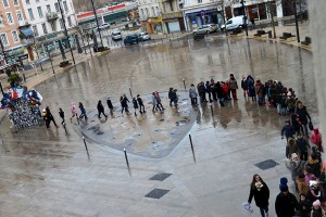 Place des Cordeliers, une classe se dirige vers le Théâtre