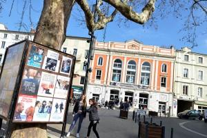 Place des Cordeliers, le Théâtre lieu de projection, le Nid lieu de convivialité, et l'Office de Tourisme