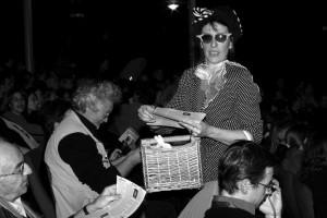 Chantal distribue le journal du festival !
