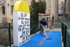 À St-Julien-Molin-Molette : borne géante et tapis bleu au Cinémolette...