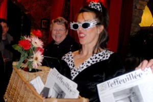 Chantal distribue l'Effeuillée, magazine du Festival