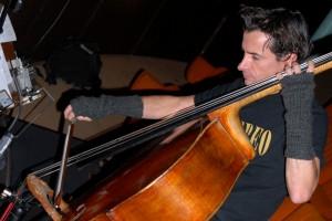 Le contrebassiste Guillaume Séguron accompagne le film BUFFET FROID, ciné-concert organisé avec La Presqu'ile