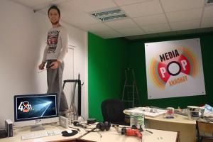 Samuel finit d'installer le nouvel espace Mediapop
