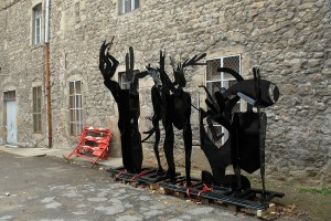 Le Nid du Festival, cour des Cordeliers, sculpture La Source
